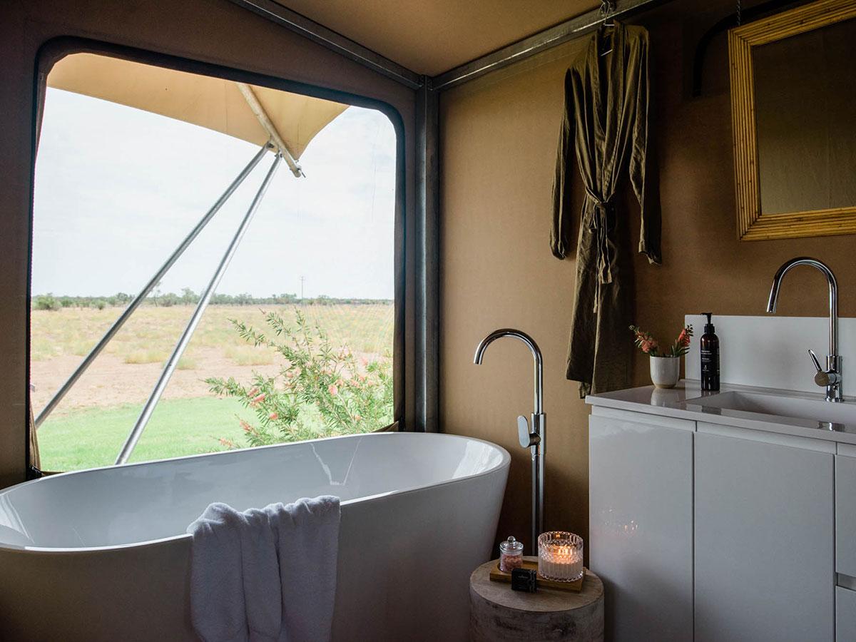 Gidyea tent ensuite bathroom with tub